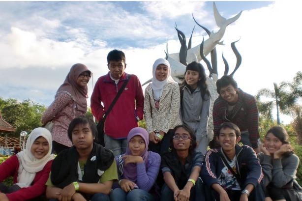 Berfoto di depan patung Suro dan Boyo, Ikon Surabaya
